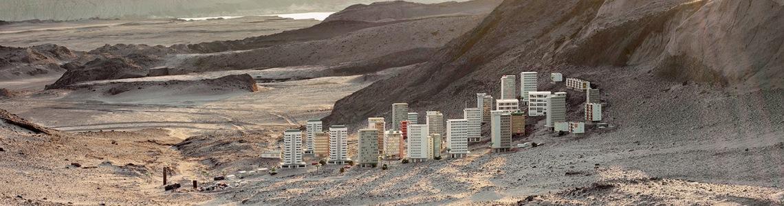 Thomas Wrede: Hochhaussiedlung im Gegenlicht